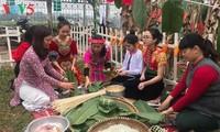 Les étrangers apprennent à faire le banh chung