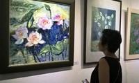 Pameran lukisan tentang bunga teratai di sektor kota kuno Hanoi