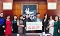 Kaum diaspora Vietnam di Republik Czech memberikan bantuan kepada rakyat yang terkena bencana banjir di Vietnam Tengah