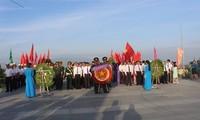 Membakar hio dan mempersembahkan bunga untuk mengenangkan para martir di Pulau Gac Ma