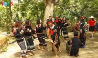 Orang-orang penerus kebudayaan tradisional etnis