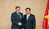 Deputi PM Vuong Dinh Hue menerima Ketua Asosiasi Perdagangan AS, Michael Kelly