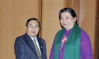 Wakil Harian Ketua MN Tong Thi Phong melakukan pembicaraan dengan Wakil Ketua Parlemen Laos