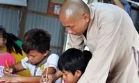 Belajar huruf di desa rakit terapung di danau hydrolistrik Tri An