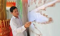 Menemui keluarga yang gandrung membuat lukisan dinding dan seni ukir  bermotif Khmer