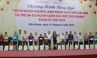 Wakil Presiden Dang Thi Ngoc Thinh mengunjungi dan memberikan bingkisan kepada kepala keluarga miskin dan korban agen oranye/dioxin di Provinsi Tien Giang