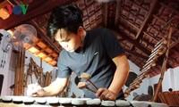 """Pemuda  etnis Se Dang gandrung pada  instrumen musik tradisional"""""""
