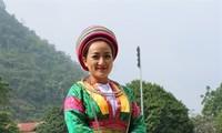 Ciri khas dari pakaian perempuan etnis minoritas Mong Putih, Provinsi Ha Giang