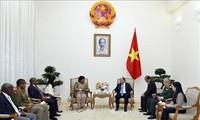 PM Nguyen Xuan Phuc menerima Menteri Pertahanan dan Veteran Perang Afrika Selatan
