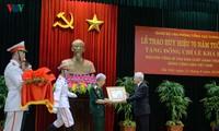 Sekjen, Presiden Nguyen Phu Trong menyampaikan Lencana 70 tahun usia Partai kepada mantan Sekjen Le Kha Phieu