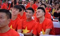 Sub-23 de fútbol vietnamita celebra su victoria con seguidores en el sur