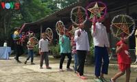 Niños vietnamitas en difícil situación económica reciben la fiesta otoñal