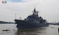 Delegación naval de la Armada Real Neozelandesa visita Vietnam