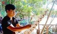 Joven étnico de Se Dang, apasionado por instrumentos musicales tradicionales