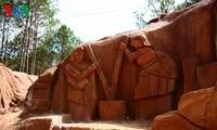 ダラットの「彫刻トンネル」(1)
