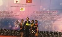 鳩山由紀夫元首相、ベトナム障がい者等に車椅子を寄贈