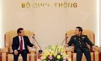 リック国防大臣、カンボジア内務省の高官と会見