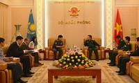 リック国防大臣、カザフスタンの国防次官と会見