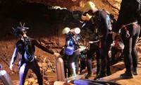 タイ洞窟 残る5人の救出を開始