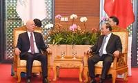 フック首相 WEFの会長と会見