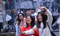 ベトナムのテトを楽しむ外国人学生