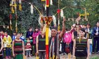 ムノン族の村の門を祀る儀式
