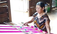 手織職の維持に励むキムロンプロンア村落
