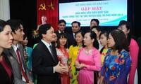 Kementerian Pendidikan dan Pelatihan Vietnam bertemu dengan para guru tipikal  yang bekerja di kabupaten  dan kecamatan pulau