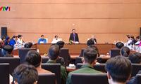 Pemimpin MN Vietnam bertemu dengan rombongan pelajar dan mahasiswa tipikal etnis minoritas