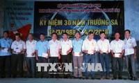 Para veteran perang Truong Sa mengadakan temu muka dan berbagi kesulitan dan saling membantu dalam kehidupan keseharian