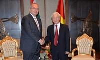 Sekjen KS PKV Nguyen Phu Trong   menerima Ketua Partai Buruh Hungaria, Thurmer Gyulat