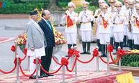 PM Viet Nam, Nguyen Xuan Phuc  memimpin acara penyambutan dan pembicaraan dengan PM  Nepal,  KhadgaPrasad Sharma Oli