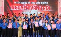 26 outstanding workers receive 2015 Nguyen Van Troi awards