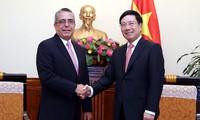 Deputy PM receives delegations from Cuba, Laos