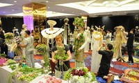 """胡志明市""""奥黛""""节吸引众多游客前来参加"""
