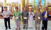 越南西南部指导委员会向后江省高棉族同胞祝贺传统新年
