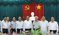 越南政府副总理张和平向隆安省贫困县劝学基金转交捐款