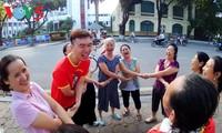Một ngày mới bên bờ hồ Hoàn Kiếm của người cao tuổi