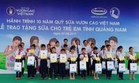 Distribution de lait aux enfants de Quang Nam