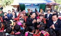 Tong Thi Phong rend visite aux habitants de Muong Nhe