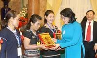 Dang Thi Ngoc Thinh reçoit des sages femmes exemplaires