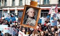 """Des milliers de manifestants à Paris pour faire la """"fête à Macron"""""""