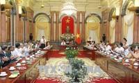 Dang Thi Ngoc Thinh reçoit une délégation des personnes méritantes de Vinh Long