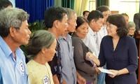 Dang Thi Ngoc Thinh remet des cadeaux aux personnes méritantes à Quang Nam