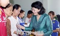 Dang Thi Ngoc Thinh rend visite à des familles démunies