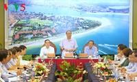 Le Premier ministre Nguyên Xuân Phuc travaille avec les dirigeants de Quang Binh