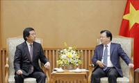 Le vice-Premier ministre Trinh Dinh Dung reçoit un ministre japonais
