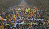 Espagne : au moins 200.000 manifestants à Barcelone contre le procès des indépendantistes