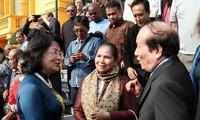 Des écrivains et poètes étrangers reçus par la vice-présidente vietnamienne