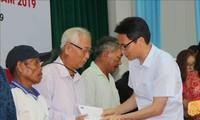 Vu Duc Dam offre des cadeaux aux victimes de l'agent orange de Phu Yên